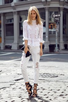 Кружевная блузка с джинсами