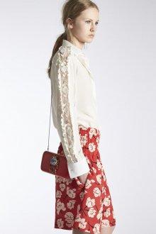 Блузка с кружевом на рукаве