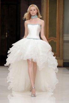 Пышное свадебное платье с асимметричной юбкой