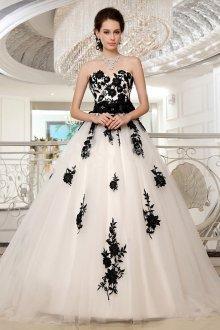 Пышное свадебное платье с черной вышивкой