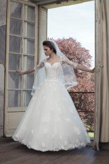 Пышное свадебное платье с кружевным рукавом