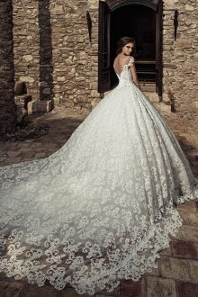 Пышное свадебное платье с кружевным шлейфом