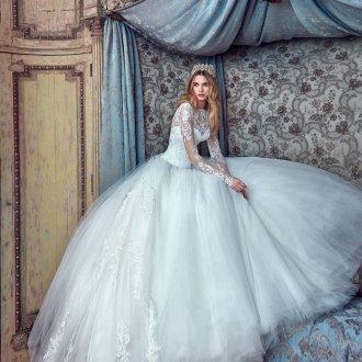 Пышное свадебное платье с многослойной юбкой