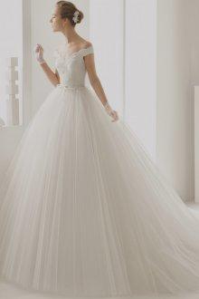 Пышное свадебное платье с перчатками