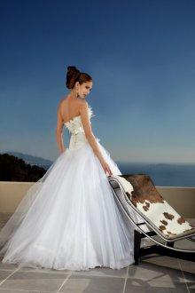 Пышное свадебное платье с перьями