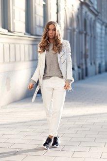 Черные кеды с белыми брюками