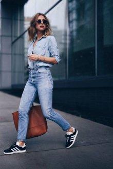 Черные кеды с голубыми джинсами