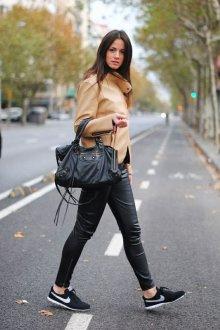 Черные кеды с кожаными брюками