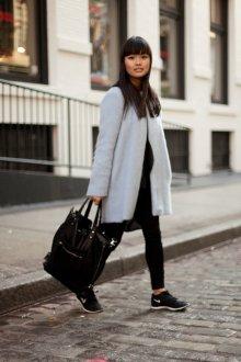 Черные кеды с пальто