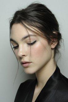 Нюдовый макияж с маленькими стрелками