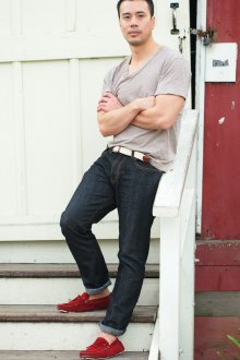 Мокасины мужские красные с джинсами