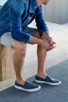 Слипоны мужские с джинсами