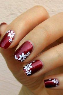 Бордовый маникюр с цветами