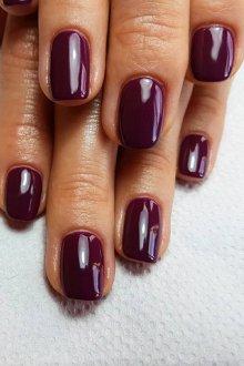 Бордовый маникюр гелем на короткие ногти
