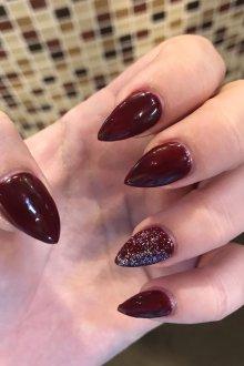 Бордовый маникюр на острые ногти
