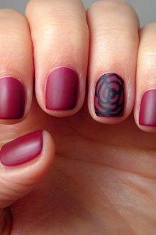 Бордовый маникюр с розой