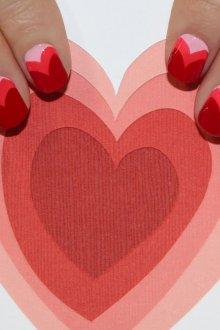 Бордовый маникюр сердечки