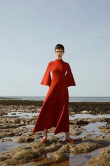 Расклешенное платье с воротником