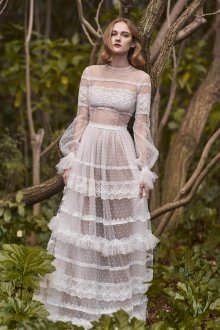 Платье с воланами и рюшами