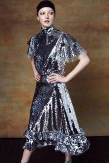 Платье с воланами серебряное
