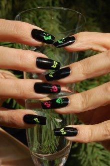 Черный маникюр с бабочками