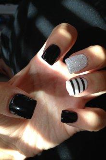 Черный маникюр с белыми блестками