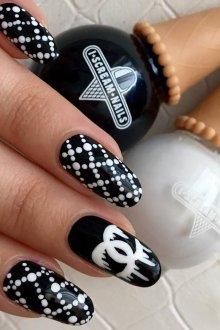 Черный маникюр Chanel