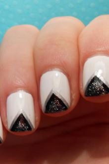 Черный маникюр с треугольниками