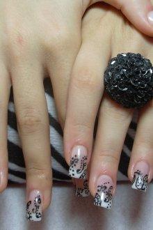 Черный маникюр с узором на длинных ногтях
