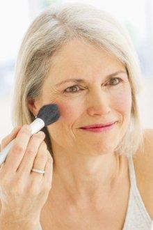 Возрастной макияж с румянами