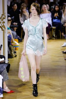 John Galliano весна лето 2018 атласное платье