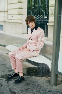 John Galliano весна лето 2018 мужская коллекция розовый костюм