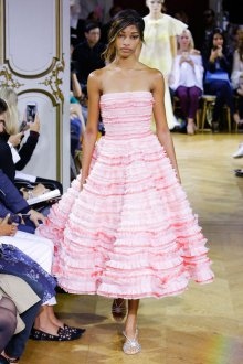 John Galliano весна лето 2018 розовое платье