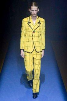 Gucci весна лето 2018 мужской желтый костюм