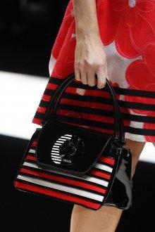 Giorgio Armani весна лето 2019 сумка в красно-белую полоску