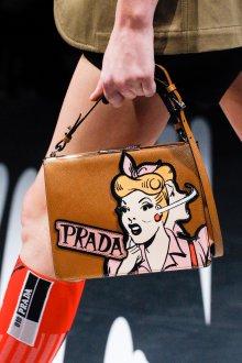 Prada весна лето 2019 коричневая сумка