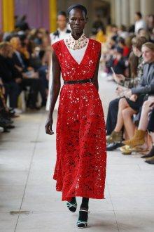 Miu miu весна лето 2018 красное кружевное платье