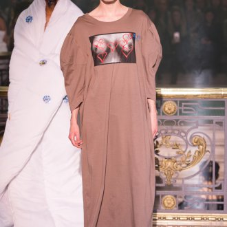 Vivienne Westwood весна лето 2019 бежевое платье