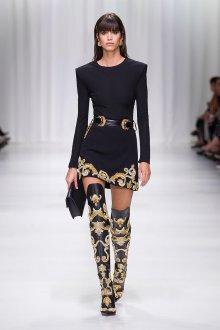 Versace весна лето 2018 черное платье