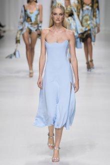 Versace весна лето 2018 голубое платье