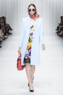 Versace весна лето 2018 голубое пальто