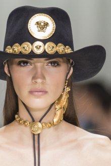 Versace весна лето 2018 шляпа