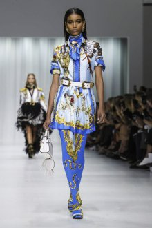 Versace весна лето 2018 синее платье
