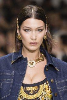 Versace весна лето 2018 золотые украшения