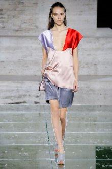 Salvatore Ferragamo весна лето 2021 атласный костюм