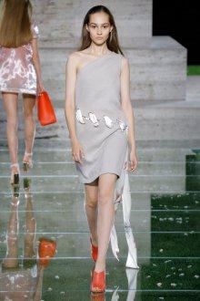 Salvatore Ferragamo весна лето 2021 серое платье