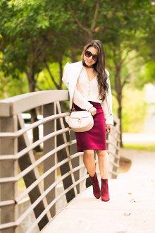 Бордовая юбка с белой блузкой
