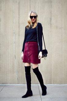 Бордовая юбка с черными ботфортами