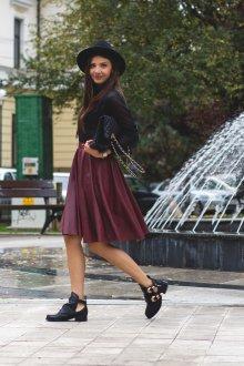 Бордовая юбка с ботинками