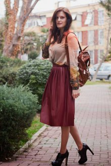 Бордовая юбка с туфлями на каблуке